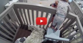 Камера записва по-големият брат да показва на малкия как да избяга от бебешката кошара! САМО ГЛЕДАЙТЕ! (ВИДЕО)