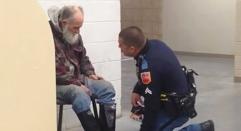 Снимката, която обиколи света: Бездомен човек отказва да напусне магазина! Това, което полицаят вижда... разбива сърцето му!