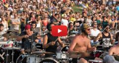 НЕВЕРОЯТНО! 1000 музиканта изпълняват ЕДНОВРЕМЕННО една много стара песен! Заслужава си да се чуе! (ВИДЕО)