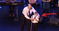 Това сляпо момченце с аутизъм се качва на сцената. НИКОЙ обаче не подозира какво ще се случи! БОГ му е взел, но и дал НЕЗЕМЕН ГЛАС!!! (ВИДЕО)